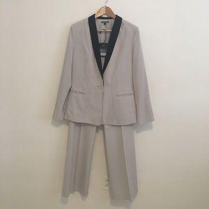 Women's pant suit sz 6/8